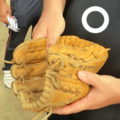 親指でボールをつかみ、ボールの勢いをしっかりと止めよう